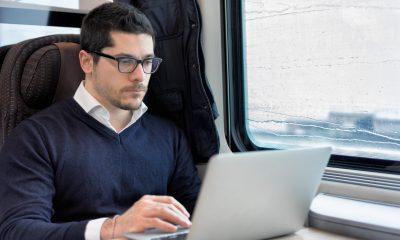 Mand arbejder i tog