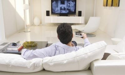 Mand ser tv