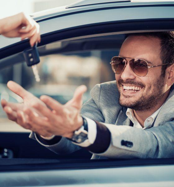 Glad mand i bilen