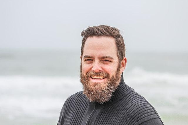 glad mand med skæg