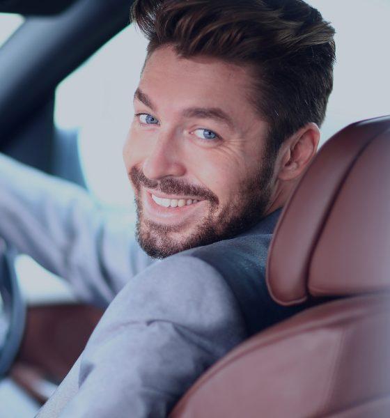 Mand sidder bag rattet